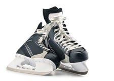 Paires de patins de hockey sur glace d'isolement sur le blanc image libre de droits