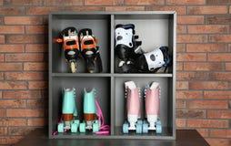 Paires de patins de rouleau sur des étagères images libres de droits