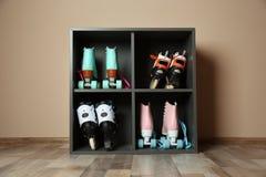 Paires de patins de rouleau sur des étagères image stock