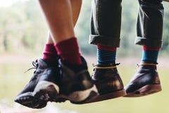 Paires de pieds accrochant le concept de lac river Image stock