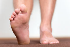 Paires de pieds masculins propres Photos libres de droits
