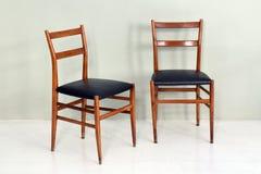 Paires de rétros chaises de cuisine avec les jambes en bois photos stock