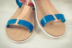 Paires de sandales en cuir féminines, chaussures pour l'usage sur le concept de vacances photographie stock