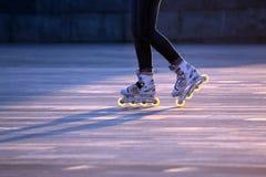 Paires de silhouette de jambes sur des patins de rouleau Images stock