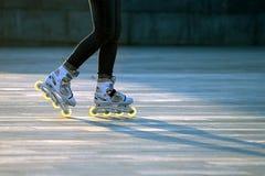 Paires de silhouette de jambes sur des patins de rouleau photo stock