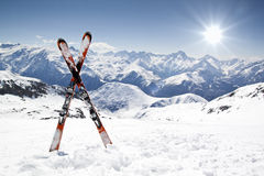 Paires de skis en travers Images libres de droits