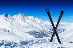 Paires de skis en travers dans la neige Photos libres de droits