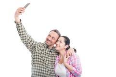 Paires de sourire heureuses prenant un selfie Photographie stock