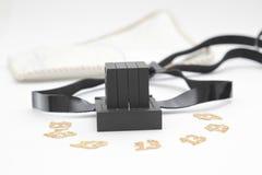 Paires de tefilin et symbole de Tallit A des personnes juives, une paire de tefillin avec les courroies noires, d'isolement sur u Image stock
