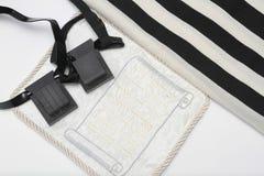 Paires de tefillin, symbole d'A des personnes juives, une paire de tefillin avec les courroies noires, d'isolement sur un fond bl Photographie stock
