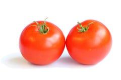 paires de tomates rouges avec les queues vertes sur une serre chaude faite maison de fond blanc Image stock