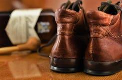 Paires de tuyau de tabaco de chaussures et de bouteille de luxe de whiskey images libres de droits
