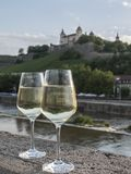 Paires de verres de vin blanc sur le mur en pierre avec le paysage au b Photos libres de droits