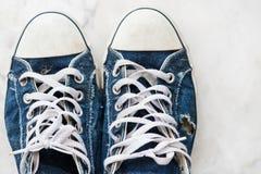 Paires de vieille espadrille bleue par vue supérieure Photo libre de droits