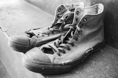 Paires de vieilles espadrilles se tenant sur les escaliers concrets Photographie stock