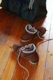 Paires de vieux chaussures et sac Images libres de droits