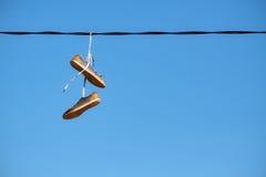 Paires de vieux coup de chaussures sur la ligne électrique Photos stock