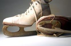 Paires de vieux patins de glace Photographie stock libre de droits