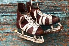 Paires de vintage de patins de glace des hommes sur un mur en bois Photos libres de droits
