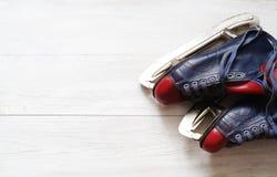 Paires de vintage des patins de glace du ` s d'hommes Photos stock