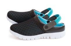 Paires de vue de côté de chaussures noires sur un fond blanc avec le chemin de coupure Photos libres de droits