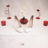 Paires des chaussures à talons hauts des femmes beiges d'isolement sur un blanc Photographie stock