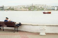 Paires des personnes plus âgées sur un banc Photo libre de droits