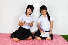 Paires d'étude thaïlandaise asiatique d'étudiants Images stock