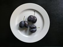 Paires en forme de coeur de prune, jumeaux siamois, domestica de Prunus photo stock