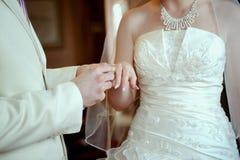 Paires mariées avec une belle boucle de mariage Photographie stock