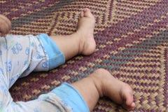 Paires mignonnes du pied de l'enfant Photo libre de droits