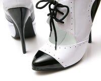 Paires noires et blanches de talons Images stock