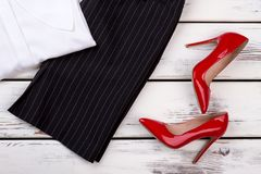 Paires plates de configuration de chaussures et de pantalons brillants rouges de talon Photo stock