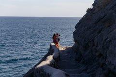 Paires sur la colline en mer Photos stock
