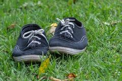 Paires utilisées de chaussures de tennis photographie stock libre de droits
