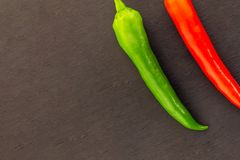 Paires végétales de base réglée de contraste juteux mûr vert rouge lumineux de poivrons de piment sur un fond foncé images libres de droits