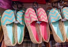 Paires vives de pantoufles de femmes au magasin d'habits image libre de droits