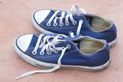 Pairs des chaussures bleues de toile sur le fond en bois, bleu sale s Photos stock