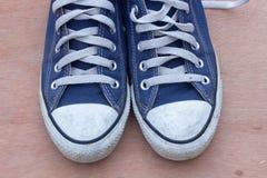 Pairs des chaussures bleues de toile sur le fond en bois, bleu sale s Photographie stock