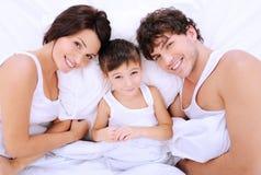 Pais alegres felizes com rapaz pequeno Fotografia de Stock