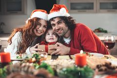 Pais alegres que têm o divertimento com a filha na celebração imagem de stock