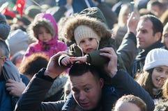 Pais com as crianças em ombros Fotografia de Stock Royalty Free