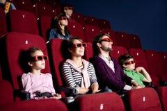 Pais com as crianças no cinema Foto de Stock