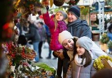 Pais com as crianças no mercado X-mas Fotografia de Stock