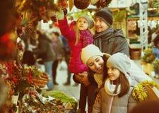 Pais com as crianças no mercado X-mas Foto de Stock