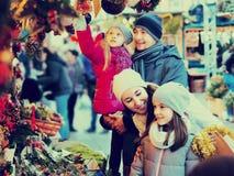 Pais com as crianças no mercado X-mas Foto de Stock Royalty Free