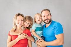 Pais com as crianças que têm o divertimento em casa imagem de stock royalty free