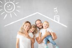 Pais com as crianças que têm o divertimento em casa fotos de stock royalty free