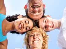 Pais com os miúdos que têm o divertimento ao ar livre Imagem de Stock Royalty Free