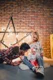 pais com sua criança no fundo de uma estrela com bulbos fotos de stock